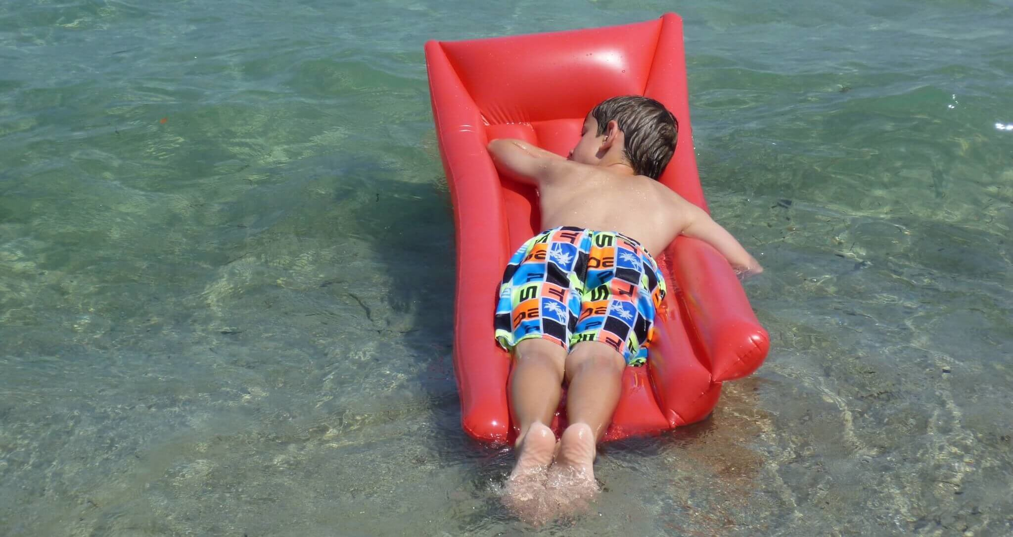 Wasserspielzeug Luftmatratze mit Kind